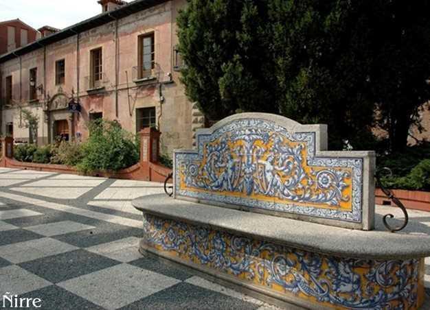 Banco en ceramica en la plaza del pan talavera de la for Ceramica talavera madrid