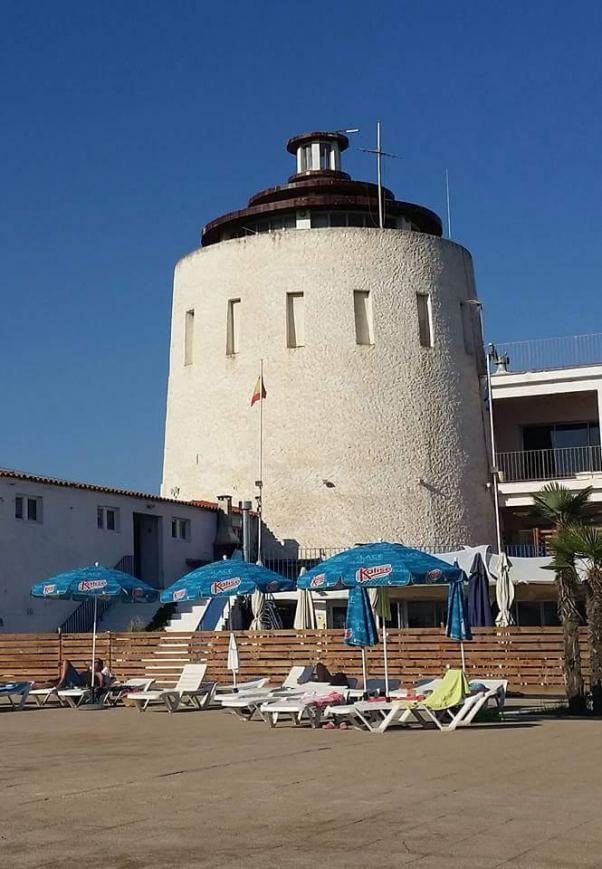 Torre n n utico desde la piscina premia de mar barcelona for Piscina premia de mar