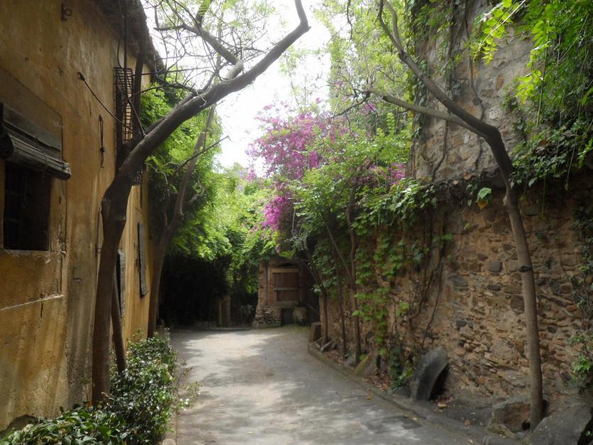Calle montserrat a la izquierda can cargol esplugues de - Calle montserrat barcelona ...