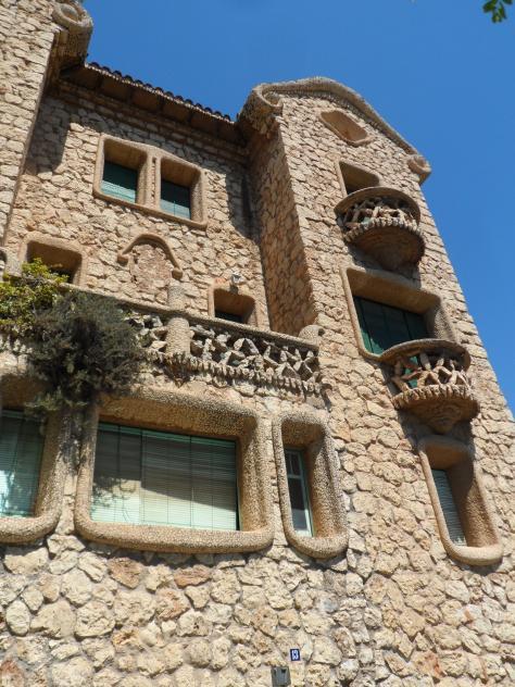 Fachada de piedra de la casa modernista can bou el papiol for Casas en el papiol