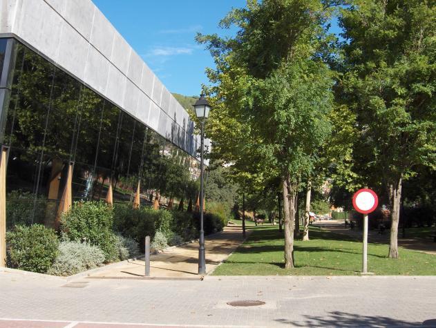 Edificio piscina cubierta y gimnasio vallirana barcelona for Piscina y gimnasio