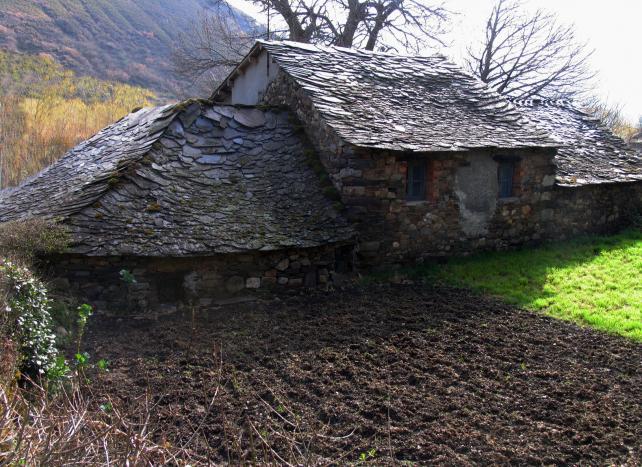 Casas con tejado de lascas de pizarra pereda de ancares le n - Tejado de pizarra ...