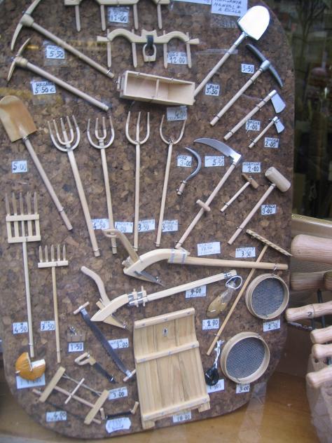 Herramientas del campo en miniatura la nuez de arriba - Herramientas de campo antiguas ...
