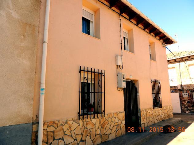 Casa con z calo de piedra pegada y rejas abajo fresno del - Zocalos de piedra ...