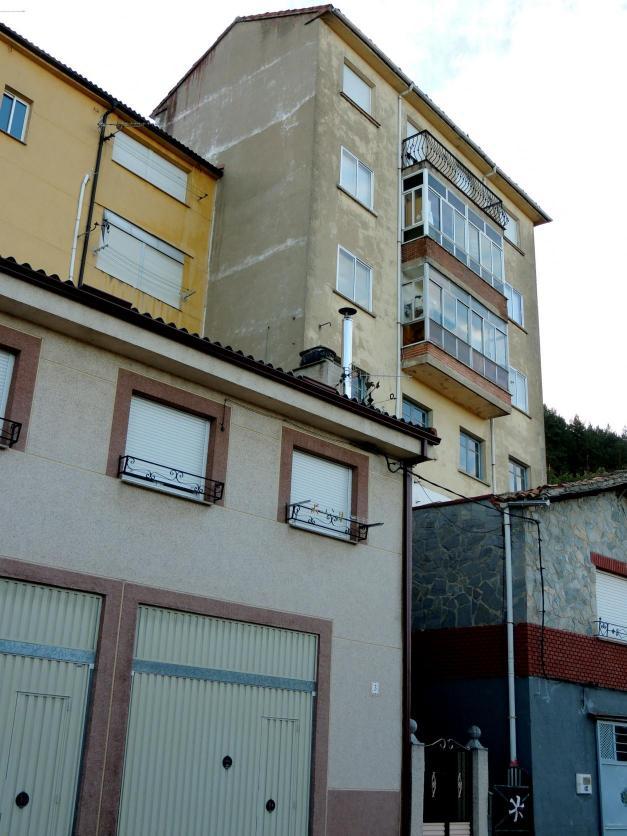 La desproporcionada altura de las casas en la calle de la - Casas en guardo ...