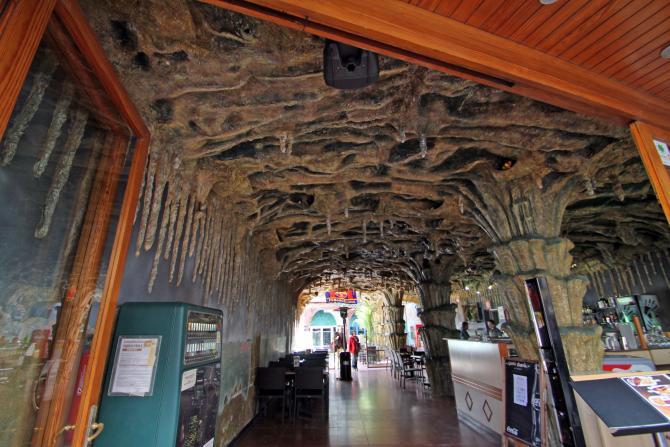 Techo decorado como si fueran estalagmitas tossa de mar for Imagenes de techos decorados