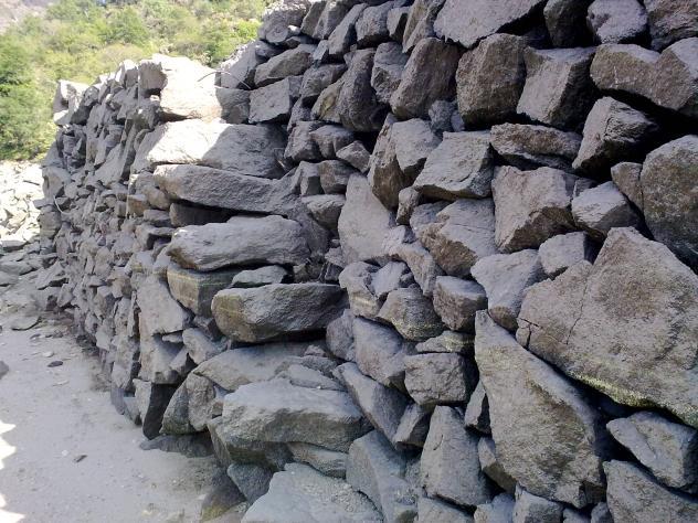 Un muro con su escalera a n perfecto villar de cerreda for Escaleras villar
