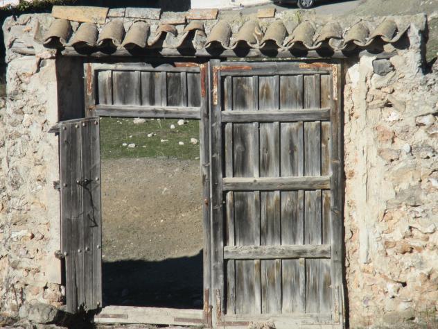Antigua portada de madera mazuecos guadalajara for Aberturas antiguas de madera