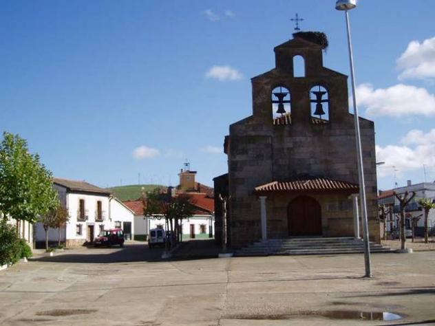 Iglesia Al Fondo El Ayuntamiento Matilla De Los Canos Del Rio