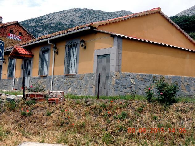 Casa con z calo de piedra pegada las heras de la pena for Zocalos de fachadas fotos