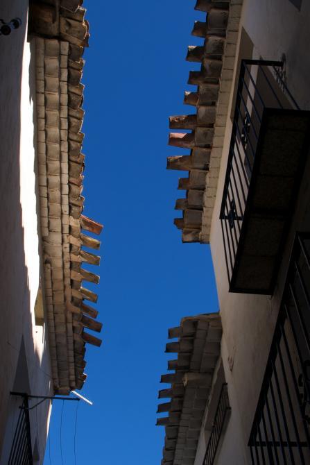 voladizos tejados casi se unen puebla de arenoso castell n