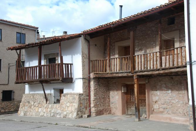 Balcones de madera peralejos de las truchas guadalajara for Precios de toldos para balcones