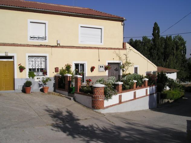 Casa con jard n enfrente de la iglesia flores de avila for Casas con jardin enfrente