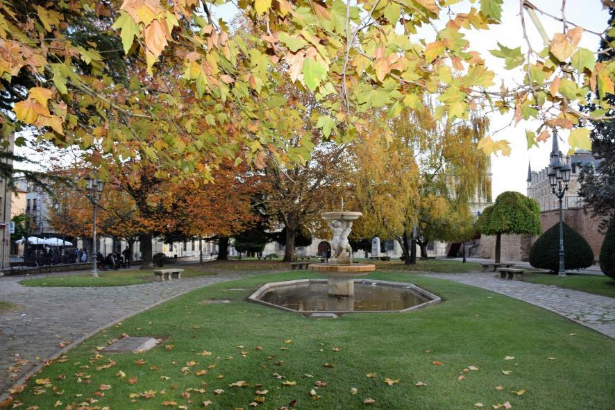 Jardin rom ntico en la calle cid leon le n for Jardines romanticos