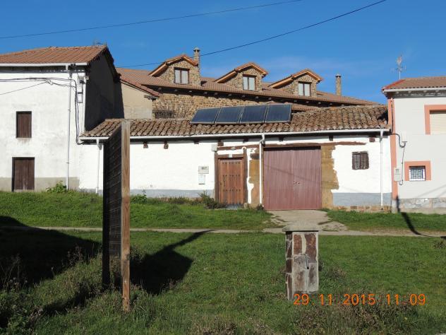placas solares y casa con buhardillas modernas - Buhardillas Modernas