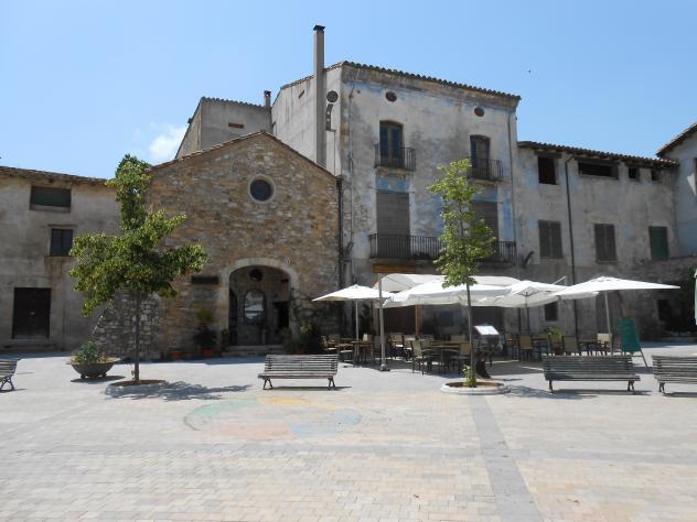 Casa cornell en la plaza prat de sant pere besalu gerona - Casa en cornella ...