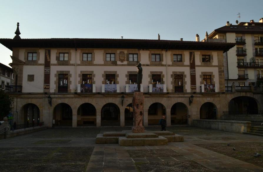 Plaza con estatua gernika lumo vizcaya - El tiempo gernika lumo ...