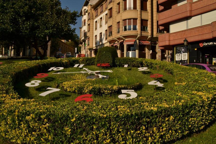 Reloj en el jardin gernika lumo vizcaya - El tiempo gernika lumo ...