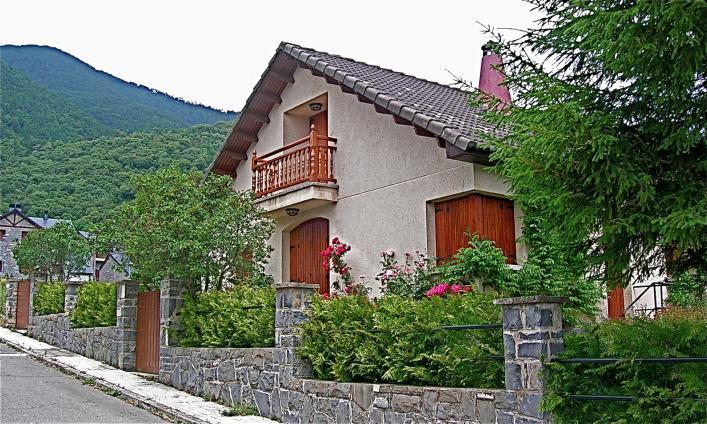 Bonita casa con su valla de piedra villanua huesca - Vallas de piedra ...