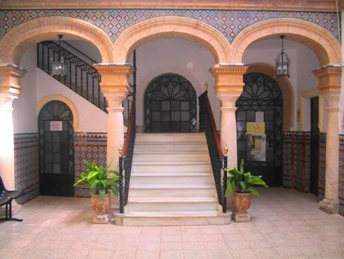 Antigua casa escalera r benjumea paradas sevilla for Casas con escaleras por dentro