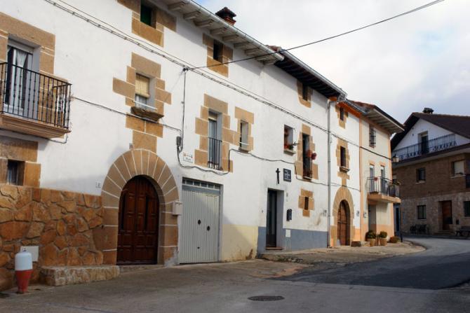 Fachadas del pueblo arandigoyen navarra - Fachadas de casas de pueblo ...