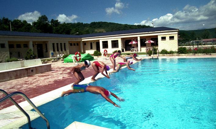 Saltando a la piscina grande cervera de pisuerga palencia for Piscina cervera