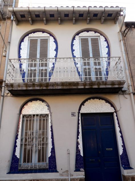 Casa modernista de las ventanas parab licas cornella de - Casa en cornella ...
