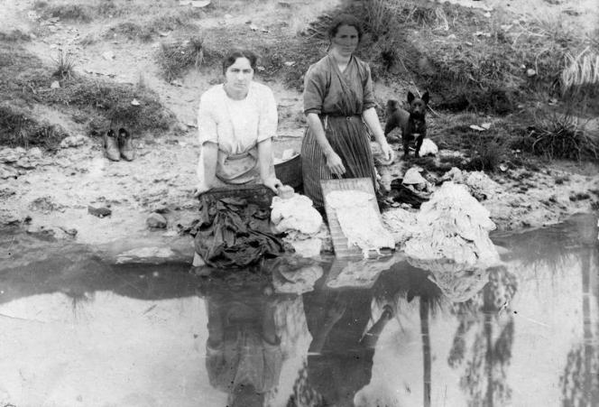Mujeres lavando ropa en el río