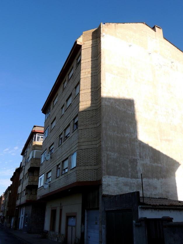 Casa de cinco plantas con ladrillo blanco guardo palencia - Casas en guardo ...