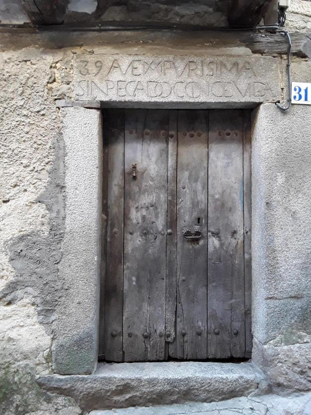 Puerta t pica de madera con inscripci n en el dintel de - Dintel de madera ...