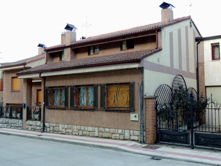En la misma acera casa con altillo moderno con un - Casas en guardo ...