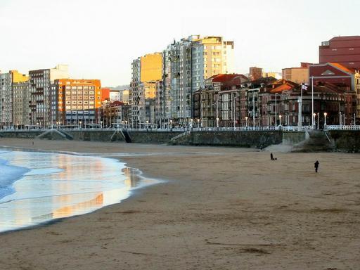 El paseo y la playa gijon asturias - El tiempo gijon detallado ...