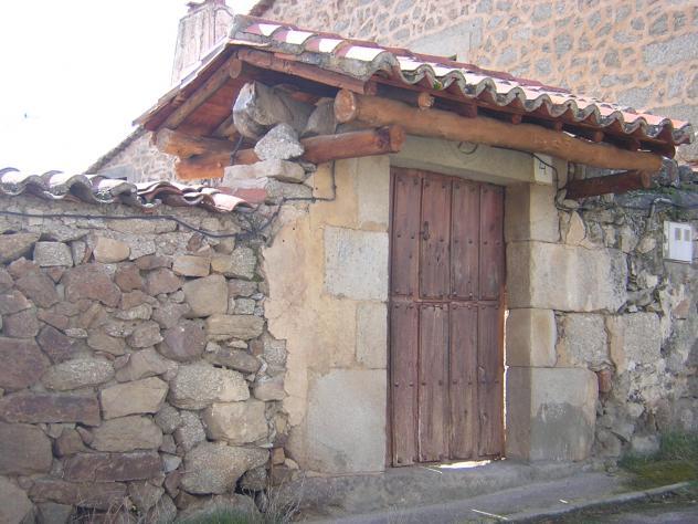 Puerta antigua con tejadillo villar de corneja avila - Tejadillo para puerta ...
