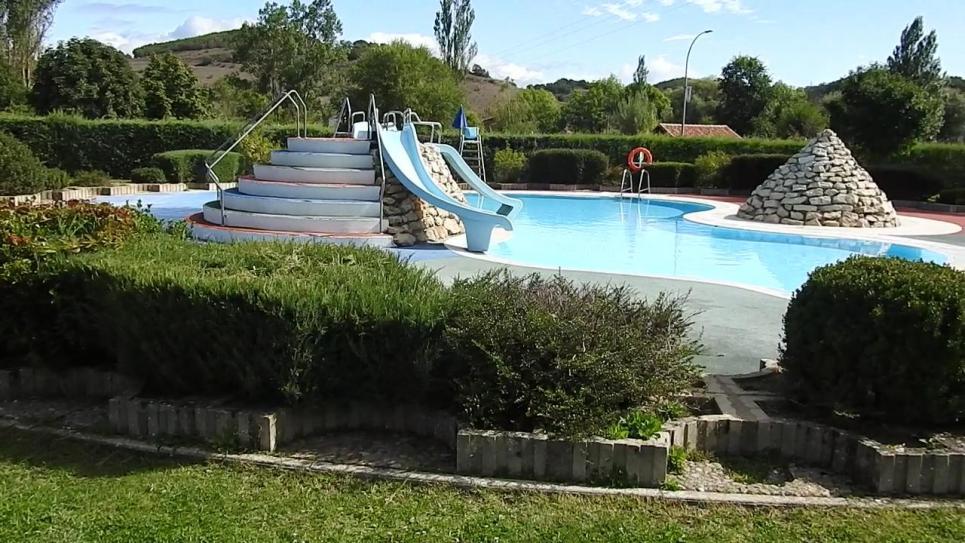 La piscina para gente novata con una isla en medio for Piscina cervera