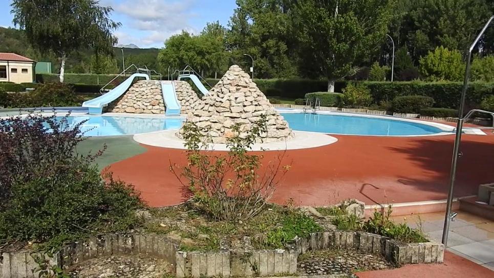 La piscina mediana cervera de pisuerga palencia for Piscina cervera