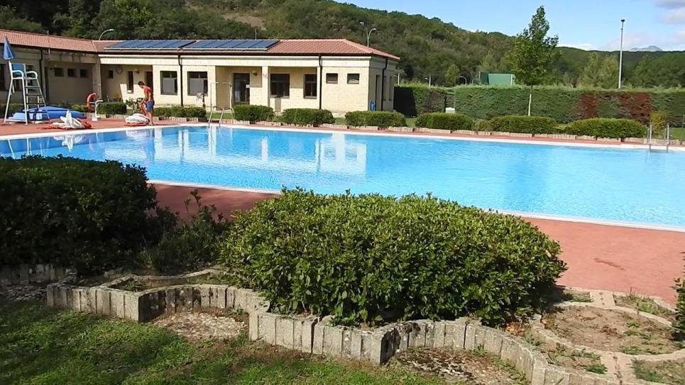 El entorno con el edificio de control y la piscina de for Piscina cervera