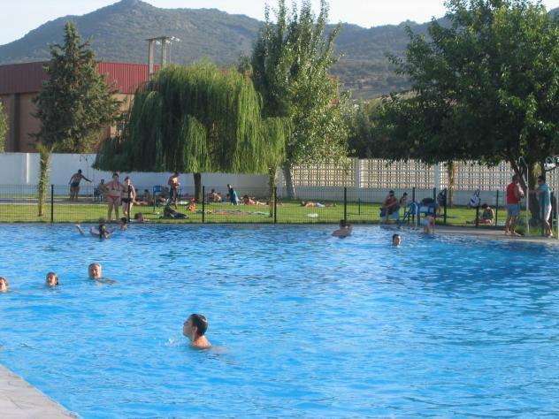 Refresc ndose en la piscina navalvillar de pela badajoz for Fotos follando en la piscina