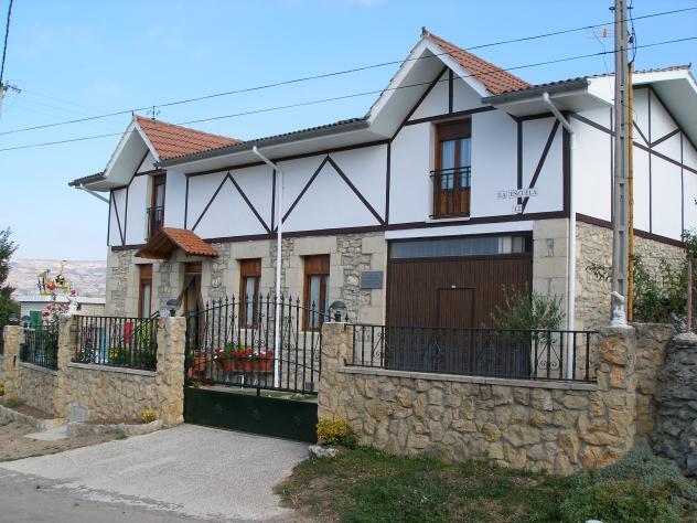 Casa con valla de piedra villalacre burgos - Vallas para casas ...