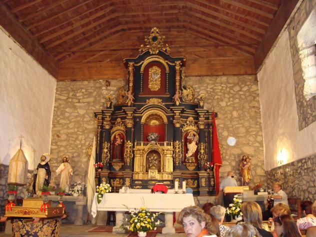 Interior de la iglesia con su atractivo altar
